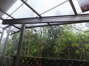 台風による激しい暴風雨