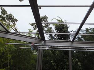 台風で屋根が飛んだウッドデッキ
