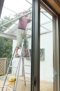 デッキの屋根のお掃除をするお父ちゃん
